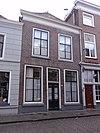 foto van Huis met eenvoudige lijstgevel, begin 19e eeuw, schuiframen, bovenlicht, schilddak