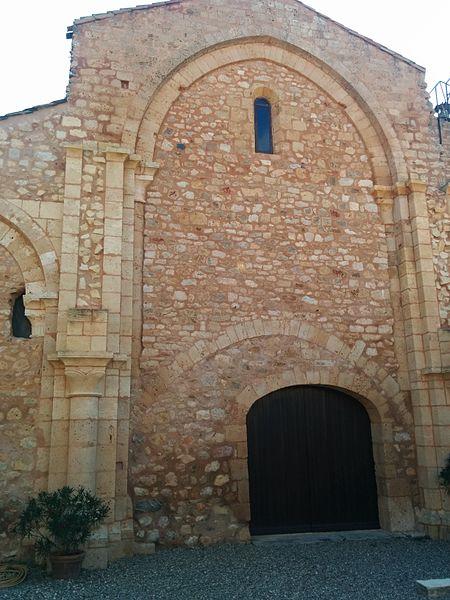 Cazedarnes (Hérault) - entrée de l'église abbatiale.