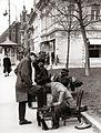 Čistilci čevljev na Glavnem trgu v Mariboru 1956.jpg