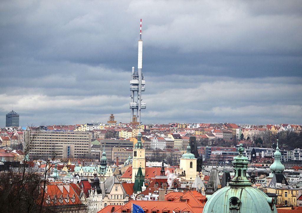 Même quand il fait gris la Tour de Zizkov ne parvient pas à disparaitre complètement à disparaitre de l'horizon de Prague.
