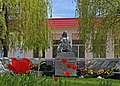 Братська могила вонів і пам'ятник односельчанам, загиблим у ВВВ - смт. Сутиски DSC 8350.JPG