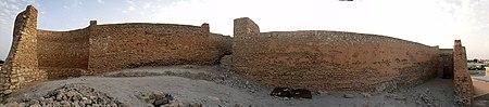 منظر داخلي للقلعة يوضح الممرات بين الأبراج الثلاثة.