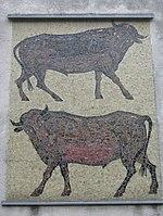 1170 Höhenstraße 10 - Karl Panek-Hof - Wandmosaik Stiere von Hans Robert Pippal 1956 IMG 2037.jpg