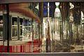 1664viki Dworzec Główny po remoncie. Odbicie pociągu w szybie nowego kiosku na peronie. Foto Barbara Maliszewska.jpg