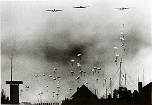 1940 - German paratroopers above the neighborhood of Bezuidenhout in The Hague.jpg
