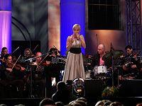 Aga Zaryan (Agnieszka Skrzypek) w czasie koncertu w Muzeum Powstania Warszawskiego, 4 sierpnia 2007