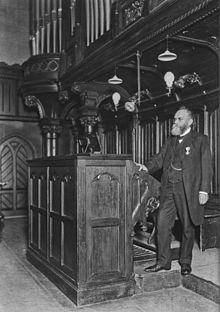 Musikdirektor prof. moritz vogel an der orgel der matthäikirche in
