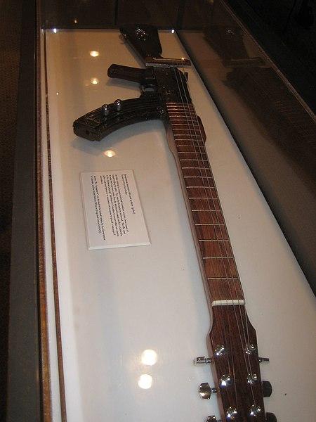 Скрипачка в кружевном белье демонстрирует волосатую киску и небольшие натуральные сиськи