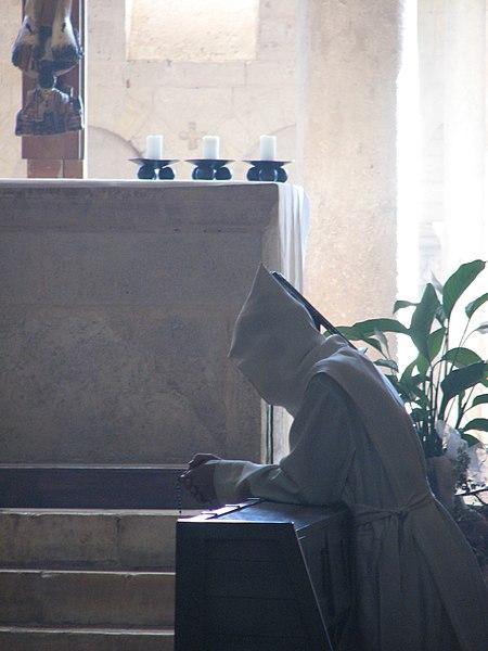File:Abbazia di Sant'Antimo - 27 - Canonico regolare in preghiera.jpg