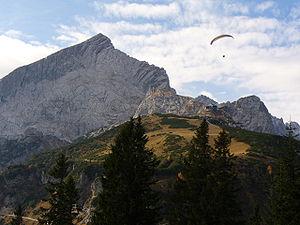 Alpspitze mit Gleitschirmflieger.jpg