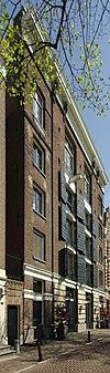 Groot dubbel pakhuis met gevel onder rechte lijst