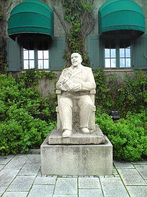 Anders Sandvig - Statue of Anders Sandvig at Norges Bank in Lillehammer