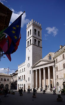 220px-Assisi_Piazza_del_Comune_BW_1.JPG