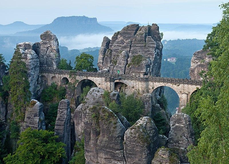 File:Basteibrücke morgens (Zuschnitt).jpg