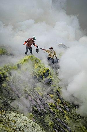 Ijen - Image: Bergelut dengan asap nan beracun