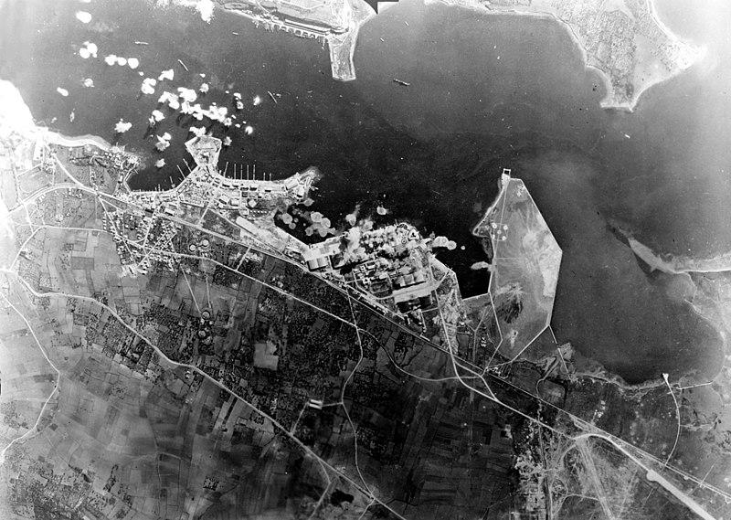 Fichier:Bizerta under attack Jan1943.jpg