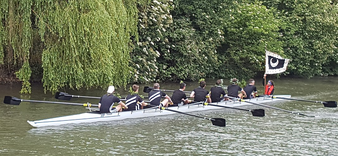 The Trinity Hall first men's crew obtains blades in the 2018 May Bumps.