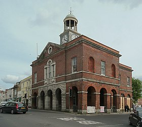 L'hôtel de ville de Bridport (architecte : William Tyler (en)).