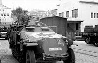 Bundesarchiv Bild 101I-258-1320-06, Südfrankreich, Hafen, Schützenpanzer.jpg