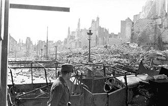 Siege of Calais (1940) - Image: Bundesarchiv Bild 101I 383 0337 18, Frankreich, Calais, Soldat vor zerstörtem Auto in Ruinenlandschaft