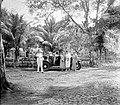 COLLECTIE TROPENMUSEUM Families poseren bij een auto tijdens het passagieren op Sabang TMnr 10018489.jpg