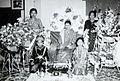 COLLECTIE TROPENMUSEUM Groepsportret met een bruid tussen de bloemstukken TMnr 60054577.jpg