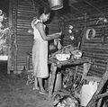 COLLECTIE TROPENMUSEUM Portret van een vrouw die cassavebladeren schoonmaakt voor het eten TMnr 20000267.jpg