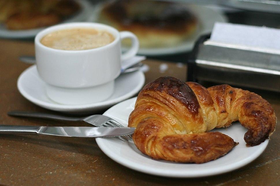 Cafe con leche y cruasán