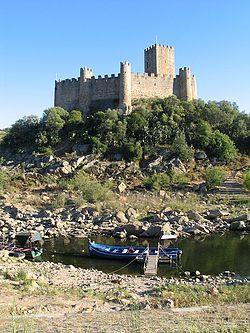 Castelo de Almourol junto ao rio Tejo, fundado pelo mestre Gualdim Pais.