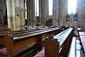 Dřevěné lavice v kostele.jpg