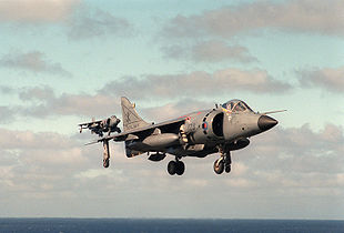 To Sea Harriers udfører Vertical Landing. Denne flytype deltog for første gang i kamphandlinger under Falklandskrigen.