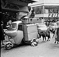 Dieren bij het voertuig van een straatverkoper, Bestanddeelnr 254-0344.jpg