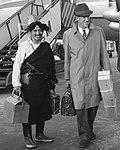 Edmund Hillary and Tibetan man wearing a chuba with sword in London airport on 29 December 1960, from- Aankomst bekende Engelse bergbeklimmer Edmund Hillary op doorreis naar Londen, t, Bestanddeelnr 911-9214 (cropped).jpg
