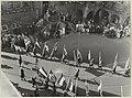 Een allegorische optocht op de Grote Markt tijdens de Kroningsweek passeert het Stadhuis. NL-HlmNHA 54004436.JPG