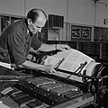 Een medewerker controleert het drukwerk op de drukpers, Bestanddeelnr 254-5250.jpg