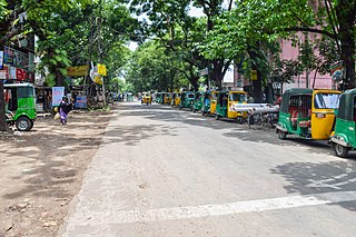 Entrance road at University of Chittagong (02).jpg