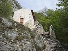 Eremo della Madonna di Coccia: una delle prime chiese fondate a confine col Valico della Forchetta, presso una grotta dove si praticava l'eremitaggio (XIII secolo), guidati da Papa Celestino V