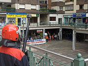Antidisturbios vigilando una concentración durante la inspección de un local