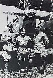 Fiorello La Guardia tra due ufficiali italiani di fronte a un Ca.44, 1918 circa