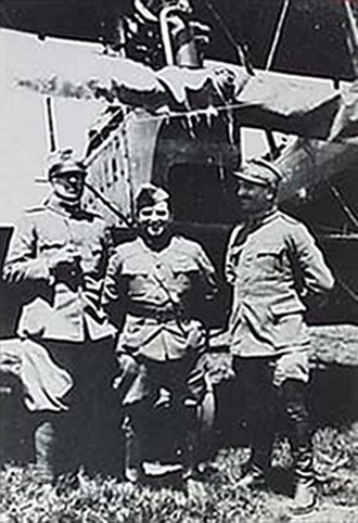 Fiorello H. La Guardia - La Guardia between two Italian officers in front of a Ca.44, c. 1918
