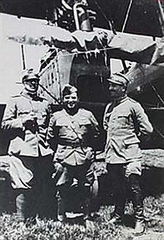 Fiorello H. La Guardia - La Guardia between two Italian officers in front of a Ca.44, c. 1918