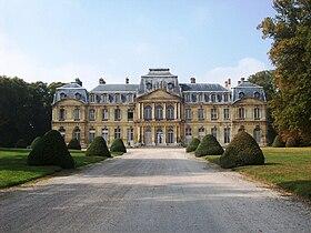 La façade côté cour du château de Champlâtreux.