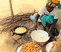 Femme qui frit les beignets à Tokombéré.jpg