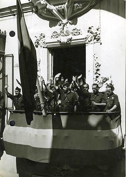 File:Fotografía del Jefe Territorial de la Falange Española Sancho Dávila y Fernández de Celis en Sevilla saludando desde el balcón de la casa cuartel.jpg