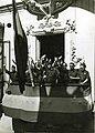 Fotografía del Jefe Territorial de la Falange Española Sancho Dávila y Fernández de Celis en Sevilla saludando desde el balcón de la casa cuartel.jpg