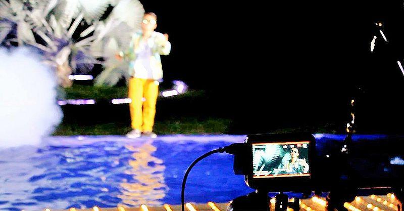 """File:Franklin Yulian realizando el VideoClip de su canción """"Sé que te gusta"""" en Nilo, Cundinamarca en 2015.jpg"""