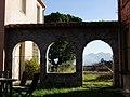 Galérie des arches Est vue depuis l'intérieur de la cour.jpg