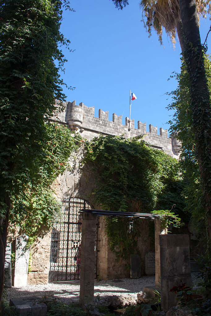 File:Garden of the museum, gate to the Street of the ...