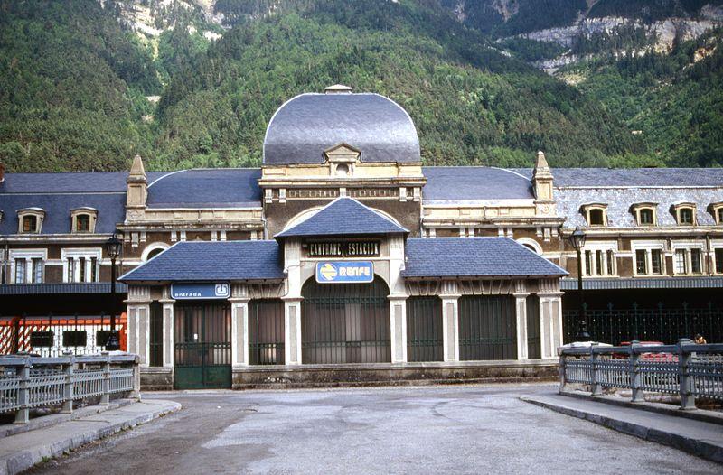Fichier:Gare internationale de Canfranc - l' entrée (1994).jpg