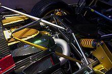 Dettaglio della parte posteriore di una Huayra, notare le sospensioni push-rod con ammortizzatori orizzontali e il telaio costruito da una scocca in carbonio con tralicci in titanio